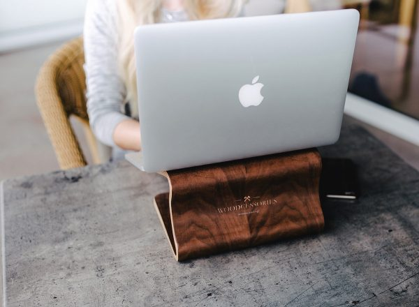woodcessories-imac-stand-macbook-staender-holz-schutzhuelle-holzcase-apple-notebook